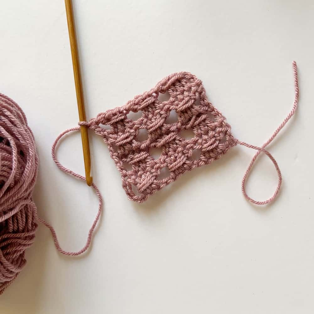 Learn the simple crochet cable stitch with this step by step tutorial and free crochet blanket pattern by HanJan Crochet. A beautifully delicate stitch for beginners learning to crochet that is perfect for baby blankets, cushions, scarves and much more. The pattern and tutorial is in both UK and US terms.