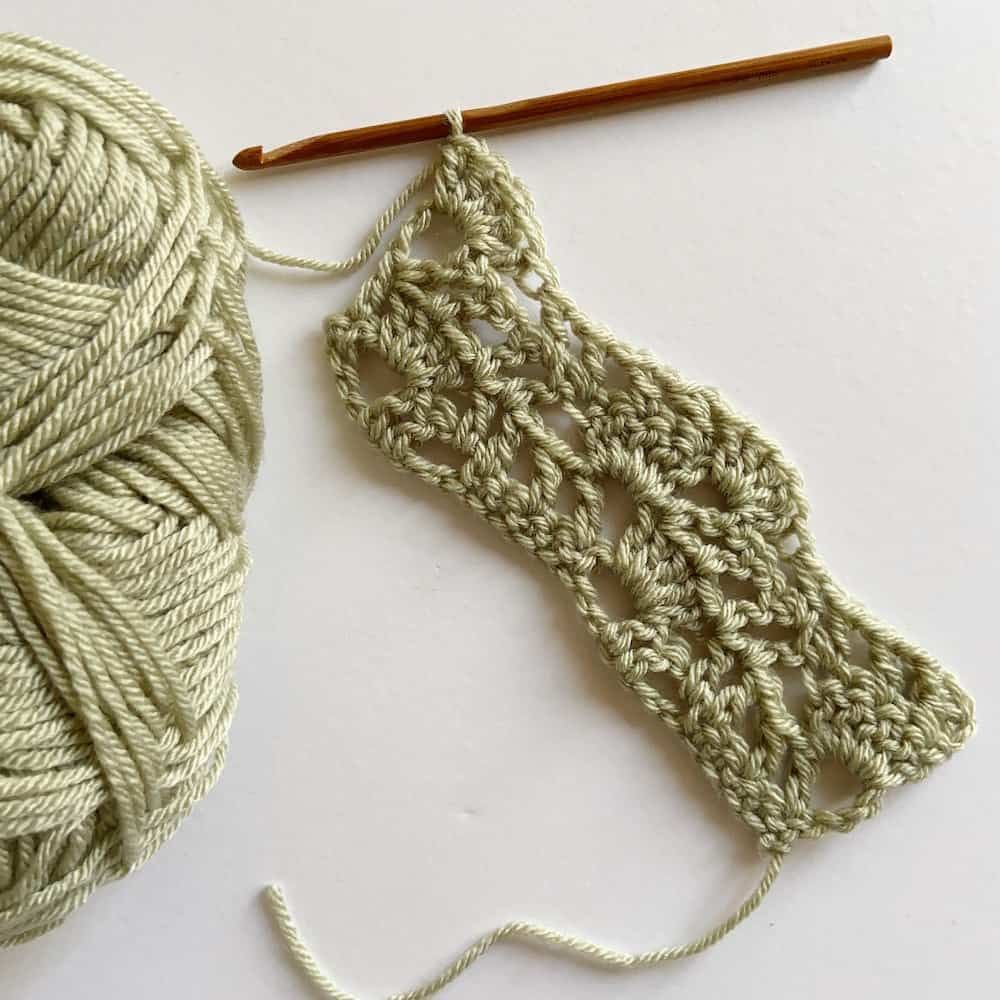 Learn to crochet this beautiful Lacy Wave crochet stitch with Hannah Cross of HanJan Crochet. Learn with step by step images and pattern to create a delicate and light lace crochet stitch perfect for blankets, shawls and wraps.
