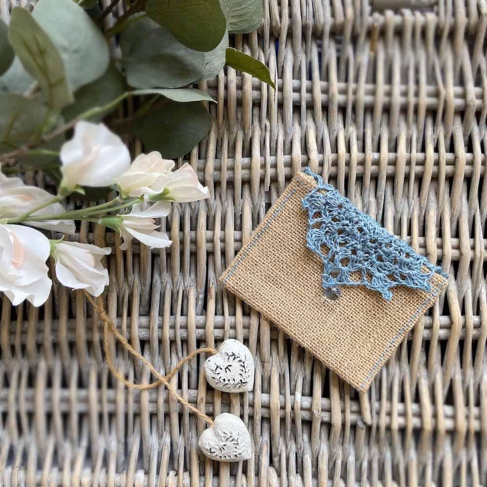 Simple crochet wedding favour bag for your DIY theme wedding.