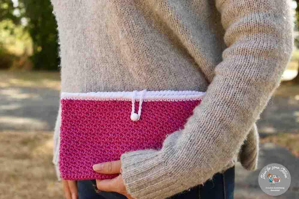 crochet seed stitch clutch bag, a free crochet pattern