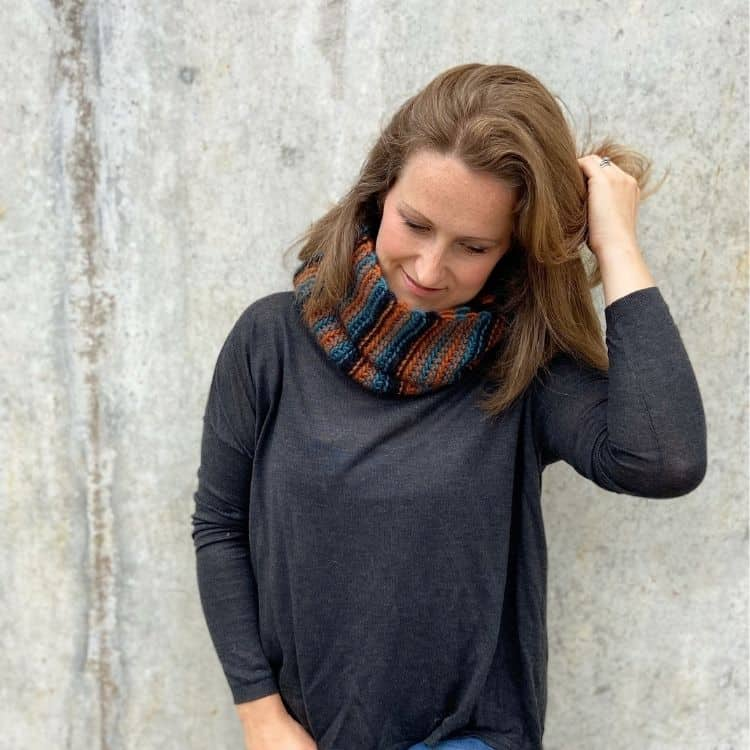 easy chunky crochet cowl pattern on woman